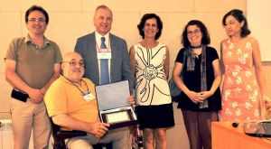 In the image, some former members of Prof. Vicente's group, together with the president of SEM, Prof. Ventosa, offer the plaque acknowledging the recognition.  From left to right: Manuel Sánchez, Miguel Vicente, Antonio Ventosa, Teresa Garrido, Beatriz Málik, Ana Dopazo.