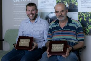 Urtzi Garaigorta and Juan Antonio García with their recognition awards